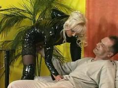 Whore in black latex jumps on cock
