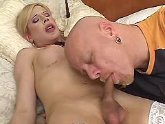 Tranny and guy suck cocks