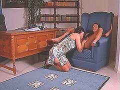 Mature lezzie seduces sexy chick