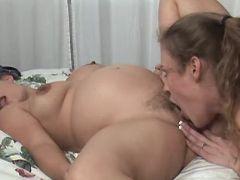 Slutty licks out pussy of preggo